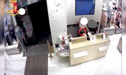 Il video della rapina e dell'accoltellamento della commessa vogherese a Milano