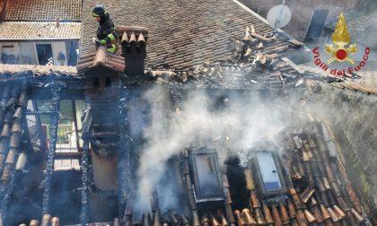 Incendio appartamento a Sannazzaro, distrutta buona parte del tetto in legno