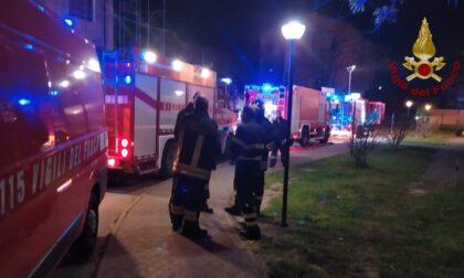 Incendio in un palazzo a Vigevano: 9 persone intossicate e portate in ospedale