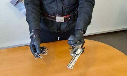 Minaccia un passante con una pistola, denunciato 49enne