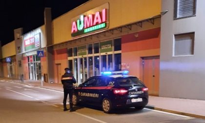 Rapina un supermercato e per guadagnarsi la fuga investe in auto un cassiere che tentava di fermarlo