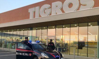 Anziano indigente ruba cibo al supermercato, arrivano i carabinieri e gli pagano la spesa