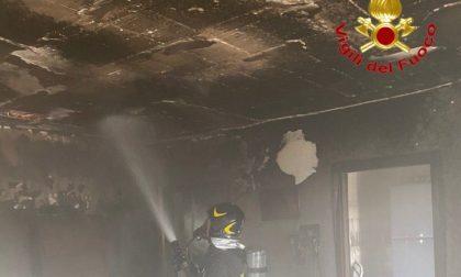 Il video dell'incendio in appartamento a Chignolo Po: 10 persone portate in salvo (tra cui un bambino), una donna in ospedale
