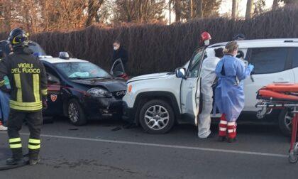 Scontro frontale con l'auto dei carabinieri: soccorse quattro persone