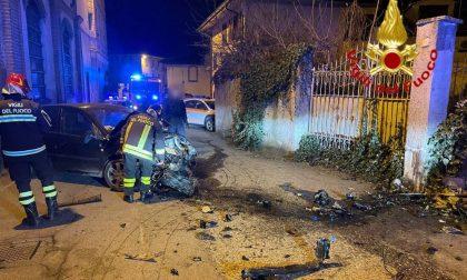 Perde il controllo dell'auto e si schianta contro un muro: 29enne al San Matteo