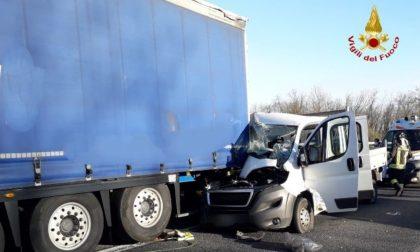 Schianto in A7, furgone tampona camion: due feriti incastrati nell'abitacolo