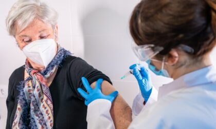 """Vaccini over 80, nella notte inviati 115mila sms. Moratti: """"Prima dose a tutti entro l'11 aprile"""""""