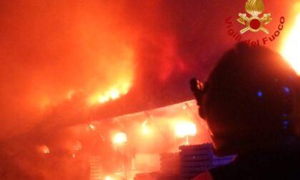 Grave rogo notturno in un capannone pavese: pompieri al lavoro fino a stamattina