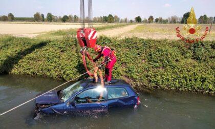 Perde il controllo dell'auto e finisce nel canale pieno d'acqua, tratto in salvo dai soccorritori