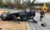 Auto si ribalta sulla sede stradale, due feriti