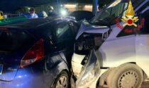 Schianto tra auto e furgone: tre feriti, uno rimane incastrato nell'abitacolo