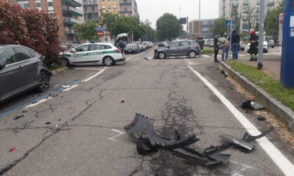 Incidente a Pavia: si scontra con un'auto poi centra due vetture parcheggiate