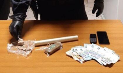 Spaccia eroina e hashish al cimitero, arrestato 29enne dopo una fuga in auto