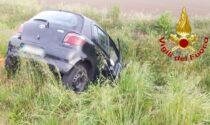 Scontro tra auto a Chignolo Po, una finisce nel campo adiacente