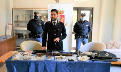 Cercano droga, trovano un arsenale: nell'armadio armi, caricatori e munizioni detenuti illegalmente