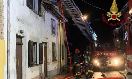 Incendio in appartamento, ore di lavoro per domare le fiamme