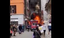 Spazzatrice prende fuoco nel centro di Piacenza, il video impressionante dell'incendio