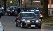 Alla guida senza patente fugge all'alt dei carabinieri: inseguito, fermato e denunciato