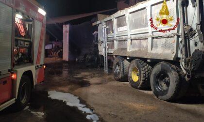 Le foto e i video del trattore a fuoco nella notte in una cascina di Vigevano