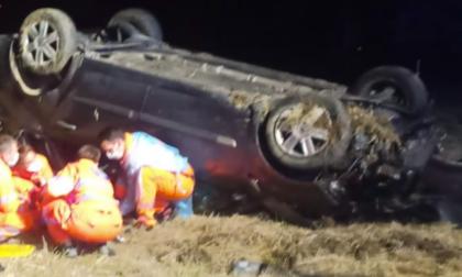 Auto finisce fuori strada e si ribalta: muore 40enne, gravissimo 46enne