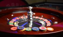 In sette raggirano una 34enne, le rubano 2.400 euro e vanno a giocarseli al Casinò