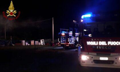 Casotta distrutta da un'incendio: due ore di lavoro per spegnere le fiamme