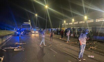 Scontri e violenze al presidio dei lavoratori Fedex, un ferito grave al San Matteo