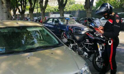 Beccati a spaccare il finestrino di un'auto: denunciati due 20enni per tentato furto