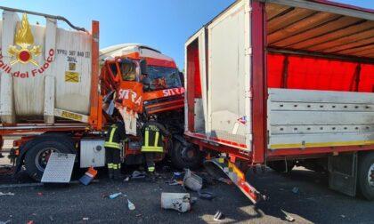 Scontro tra tre mezzi pesanti sulla A21, un camionista rimane incastrato tra le lamiere