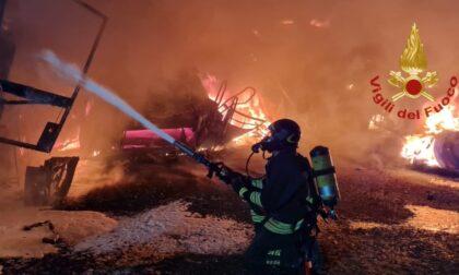 Il video e le foto del vasto incendio in un'azienda agricola di Broni