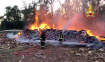 Il video dell'incendio a Zinasco, a fuoco 600 quintali di legna e un trattore