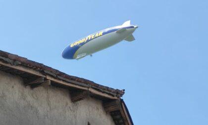 L'enorme dirigibile Goodyear che ha solcato i cieli lombardi si è alzato in volo da Vidigulfo