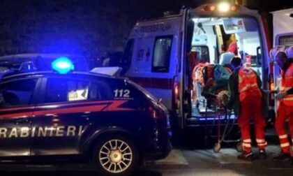 Infastidisce i passanti poi aggredisce i carabinieri e ne manda due all'ospedale