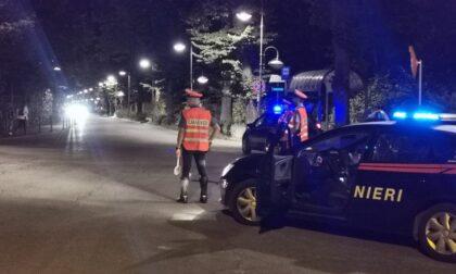 Fuori dal locale volano pugni e calci, aggrediti anche i carabinieri