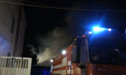 Incendio in una rivendita di pneumatici: due palazzi evacuati, ore di lavoro per domare le fiamme