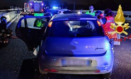 Dopo l'incidente rimane incastrata nell'auto, 46enne soccorsa in A1