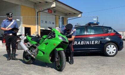 Alla guida di una potente moto sportiva fugge all'alt: scatta l'inseguimento