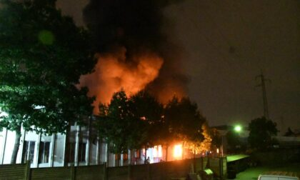 Brucia fabbrica di mascherine. Le foto dello spaventoso incendio