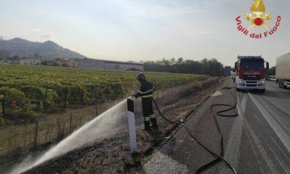 Camion perde un pneumatico che causa un incendio in A21